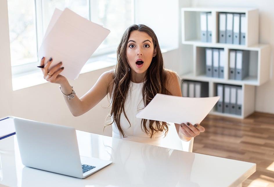 Femme surprise par ses factures